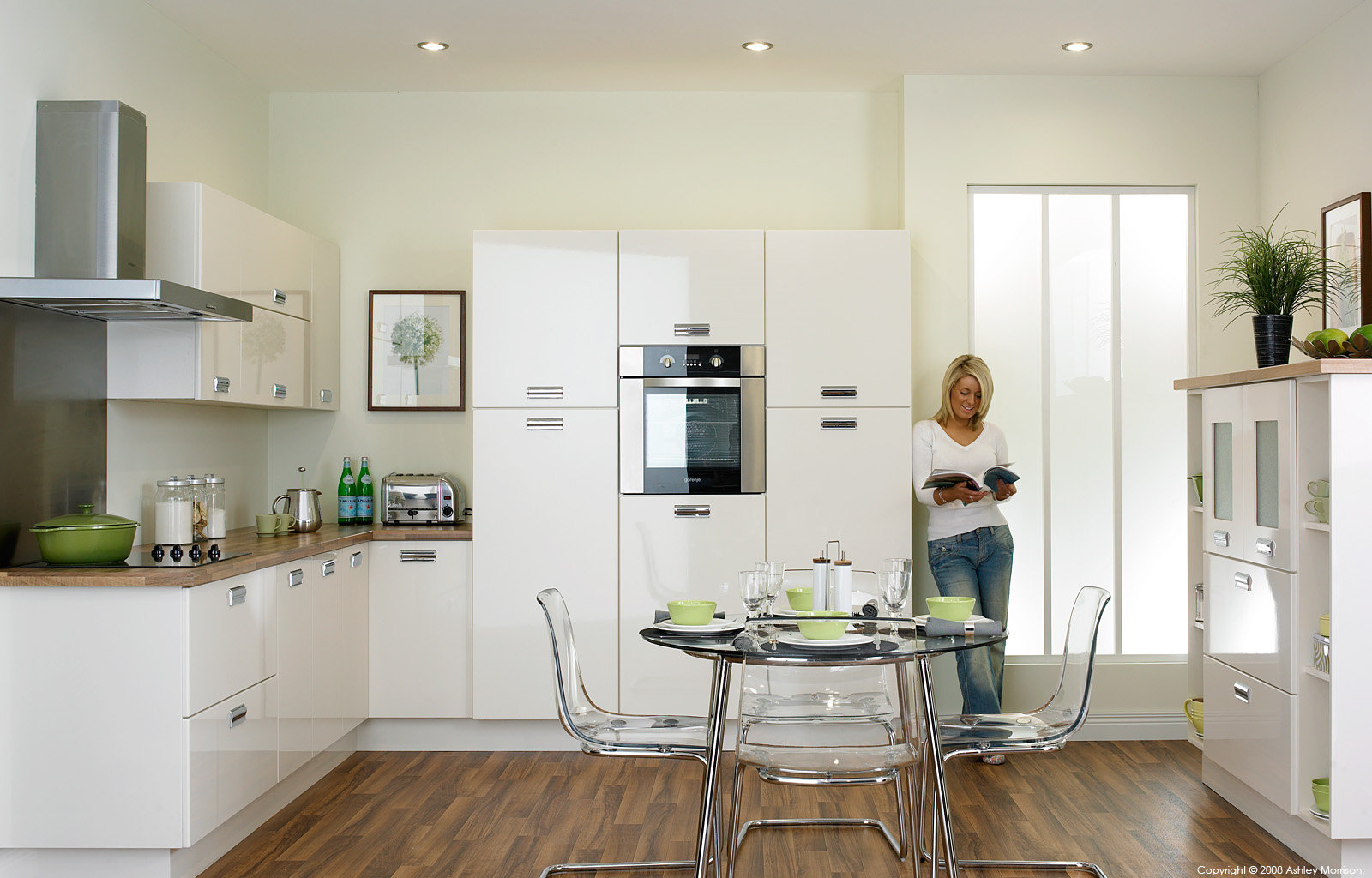 High gloss white kitchen by O&S doors.